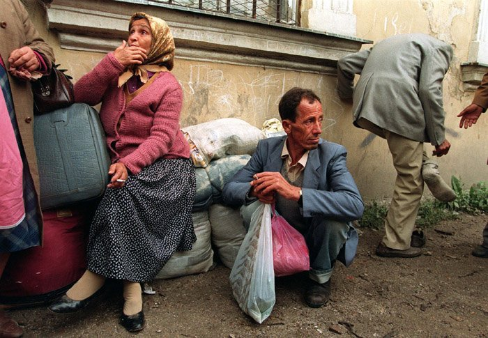 Bosnian families from neighboring towns arrive in Travnik, Bosnia, in July 1993. About 131,000 Bosnians were resettled in the U.S. from 1992 to 2007. (Wikimedia Commons/Mikhail Evstafiev)